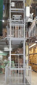 Грузовой подъемник на склад